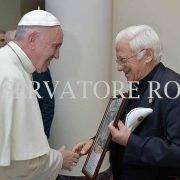 Papa Francisco recibiendo un presente del Padre Ángel García