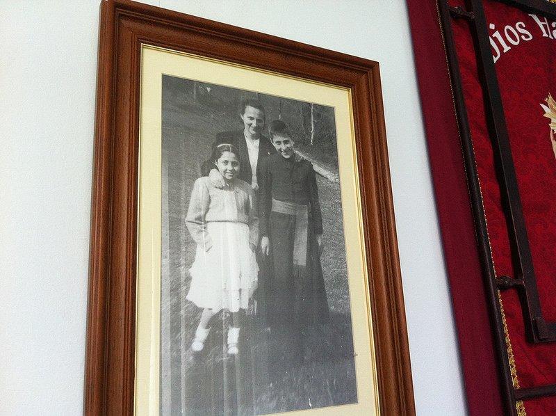 El padre Ángel de seminarista, con su madre y su hermana.