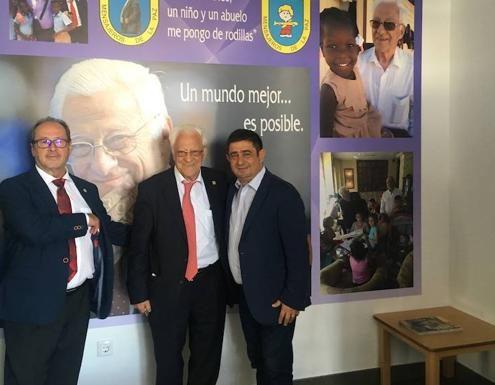 Julio Millán, padre Ángel y Francisco Reyes en la inauguración de la nueva sede Edad Dorada