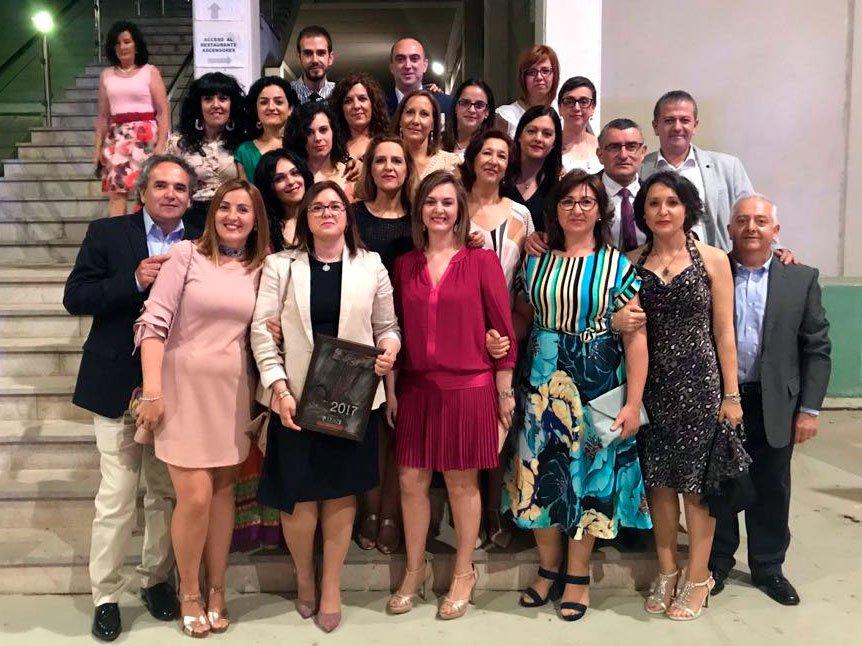 Trabajadores Residencia Altos de Jontoya posan junto al premio Jiennenses del Año 2017 en Valores Humanos recibido por Edad Dorada Andalucía