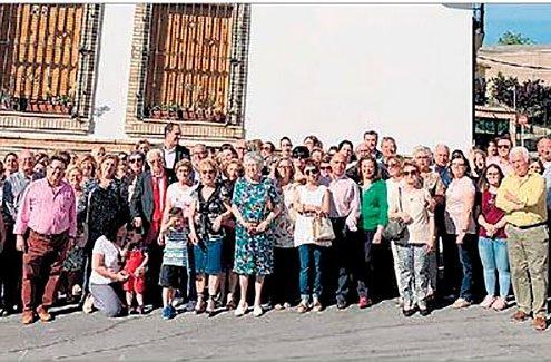 Asistentes a la inauguración de la calle Mensajeros de la Paz
