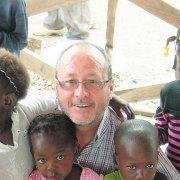 julio millan rodeado de niños en Haití